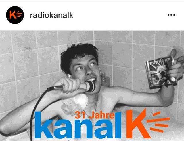 DJLeo moderiert für Radio Kanal K aus der Badewanne